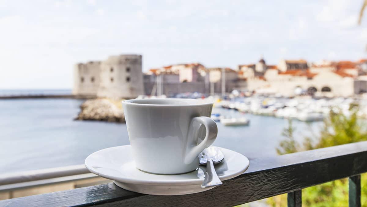 Eine Kaffeetasse auf dem Bild soll verdeutlichen, dass es beim Kurzzeitfasten oder intermittierendem Fasten darum geht, eine gewisse Zeit am Tag nicht zu essen. Schwarzer Kaffee ist in dieser Zeit erlaubt.