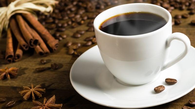 Eine Kaffeetasse mit Kaffee, der Autophagie auslöst