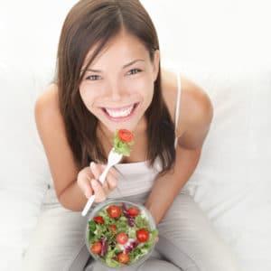 Eine Frau, die isst. Ernährung am Entlastungstag