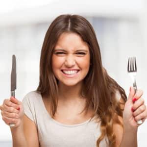 Eine Frau mit Messer und Gabel