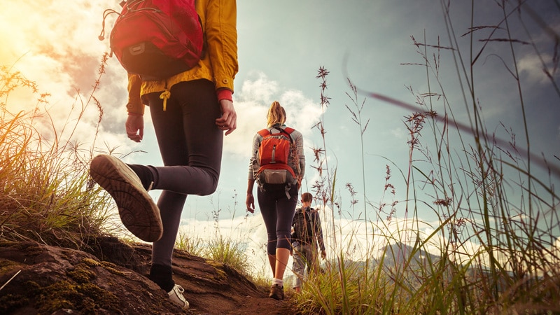 Was macht man an einem klassischen Fastentag - eine Gruppe Menschen beim Wandern