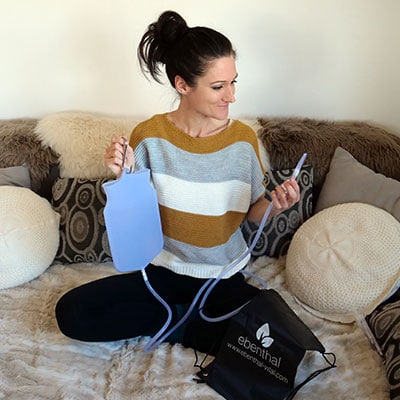 Sandra Exl mit einem Einlaufgerät für die Darmentleerung