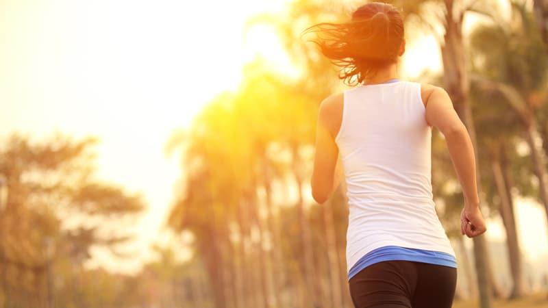 Eine Frau die während des Heilfastens joggt