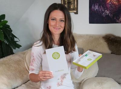 Sandra Exl mit einem Darmflora-Analysepaket