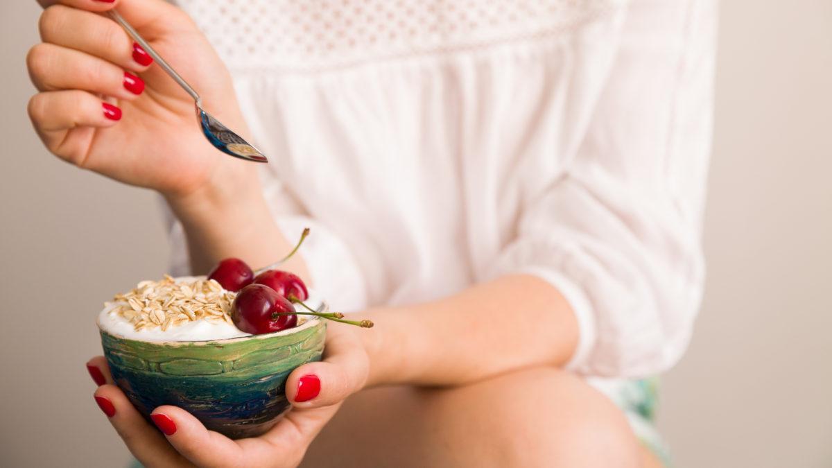 Eine Frau mit einer Schale und gesunder Nahrung