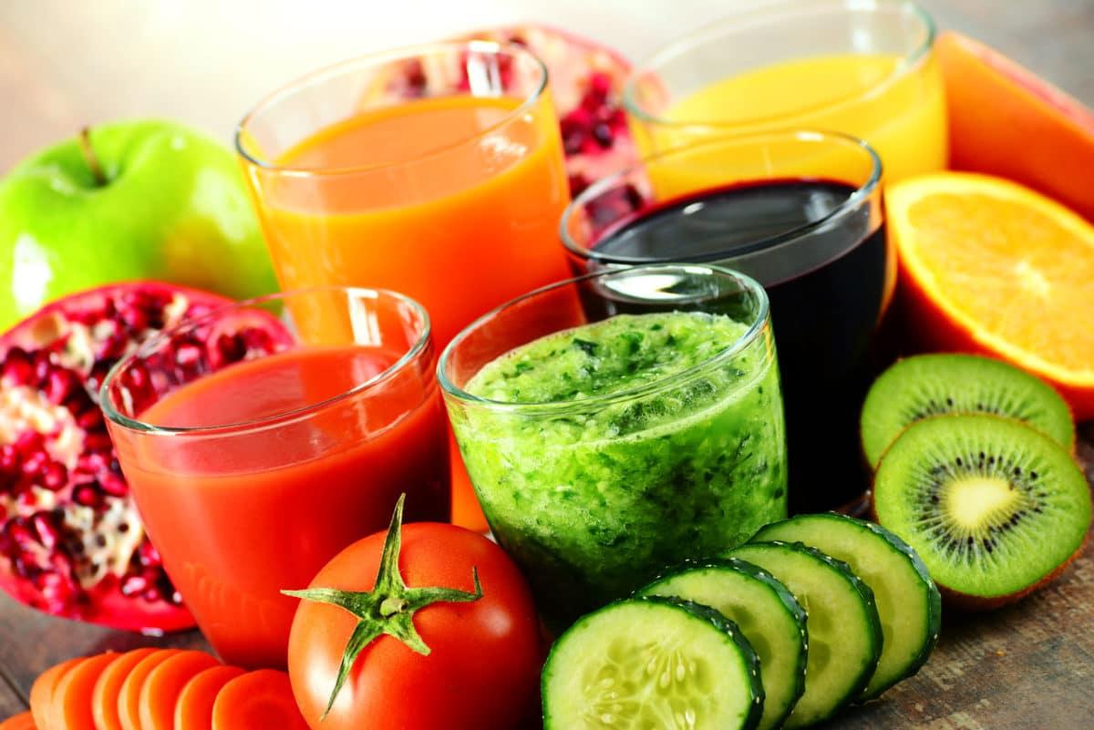Verschieden Gemüsesäfte und Gemüse bei einer Saftkur beim Saftfasten