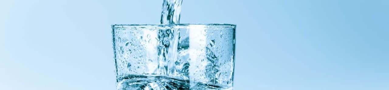 Ein Glas Wasser, das gerade befüllt wird