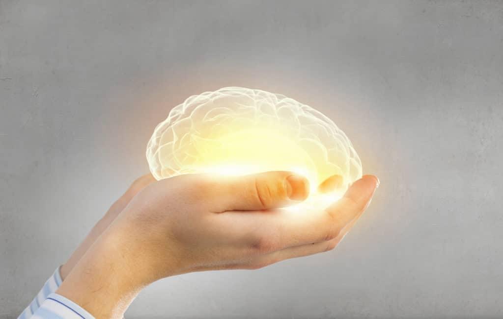 Ein leuchtendes Gehirn als Symbol für Gesundheit und Demenzvorbeugung