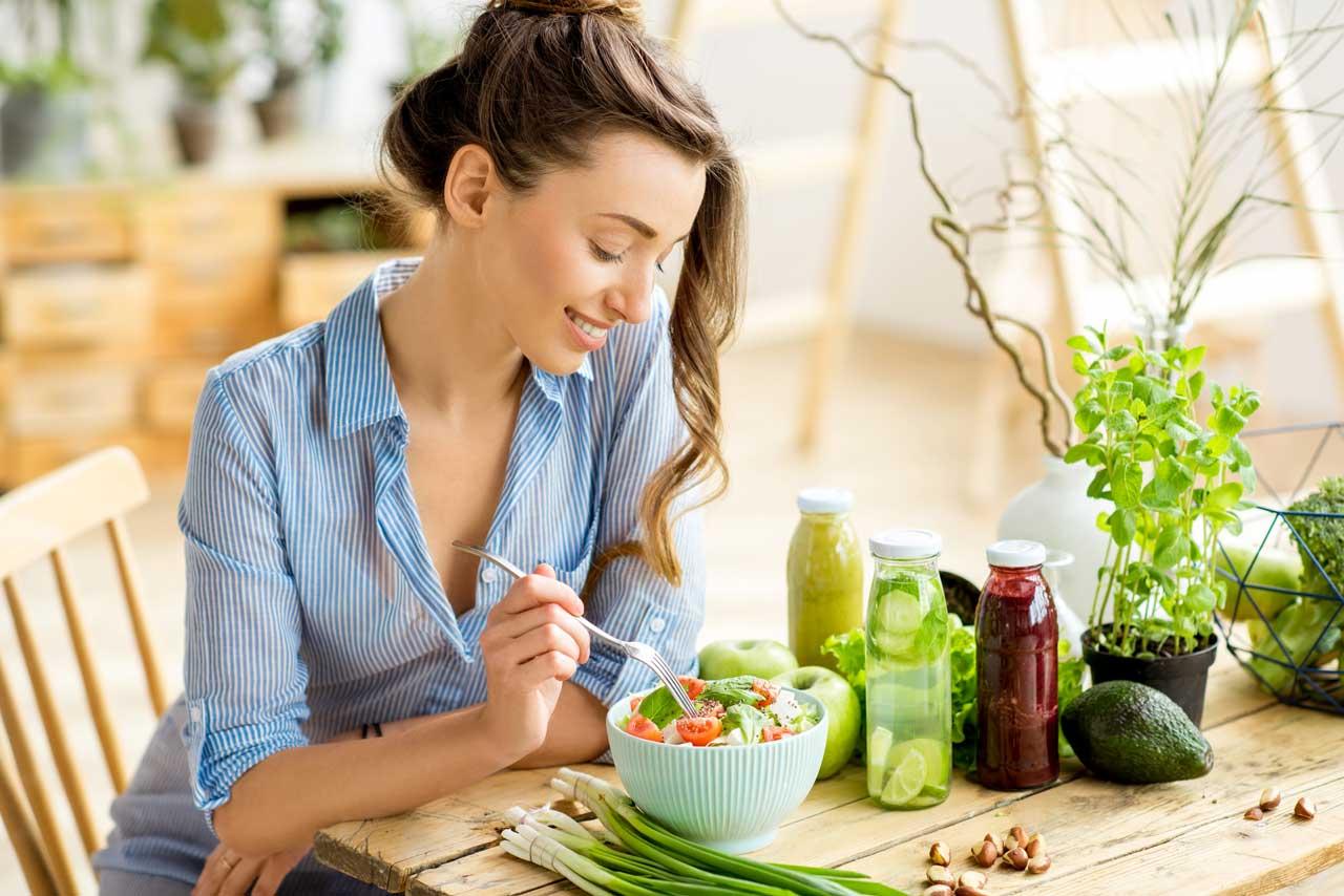 Eine Frau mit gesundem Essen