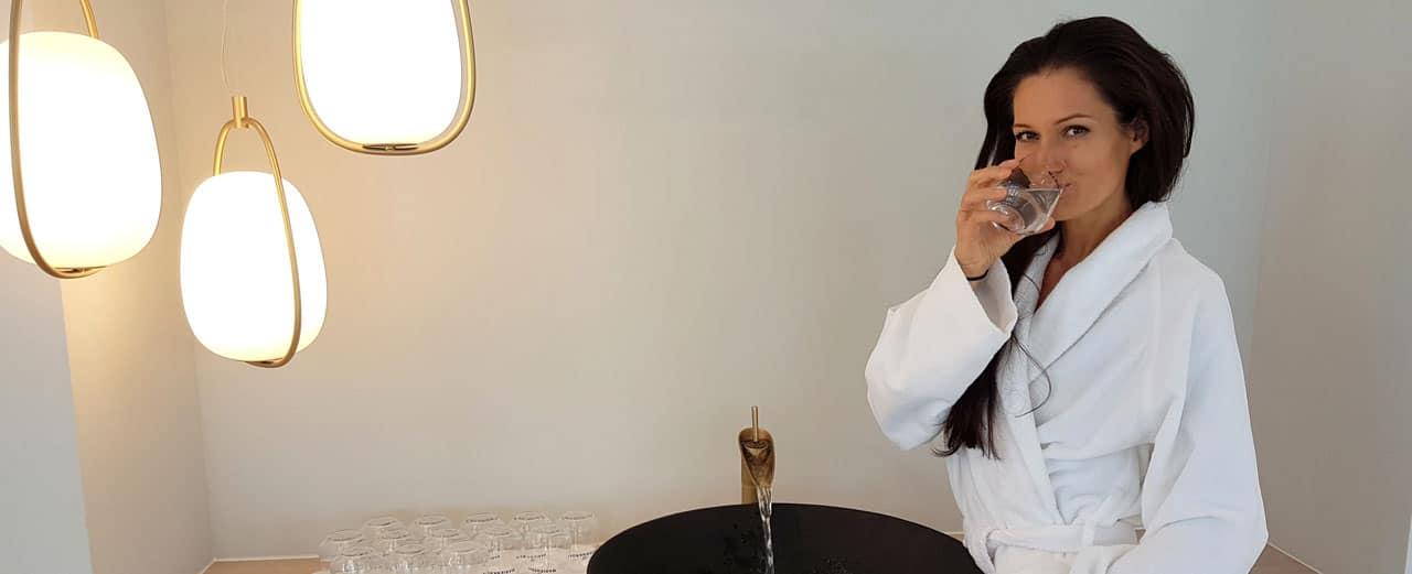 Sandra Exl trinkt ein Glas Wasser im Kurhaus bei einer Heilfastenkur