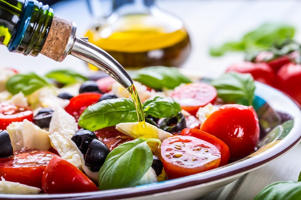 Eine Schüssel mit Tomaten und Mozerella als Beispiel für die mediterrane Diät
