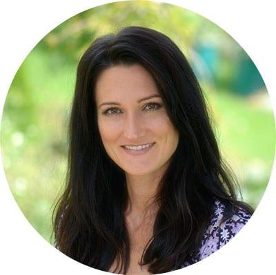 Ein Portrait von Sandra Exl, Fastenbegleiterin vor grünem Hintergrund